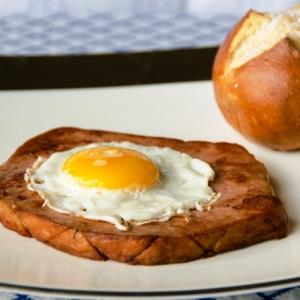 leberkc3a4se-with-fried-egg (1)